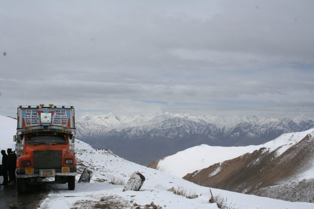 Vehicle stuck at Khardung La Pass (source: Michael Day/Creative Commons)