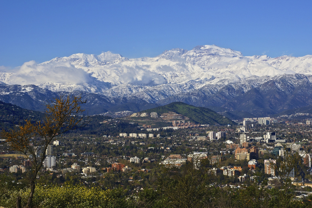 Santiago with the Andes mountains towering behind it, Spring 2013. (©Armando Lobos)