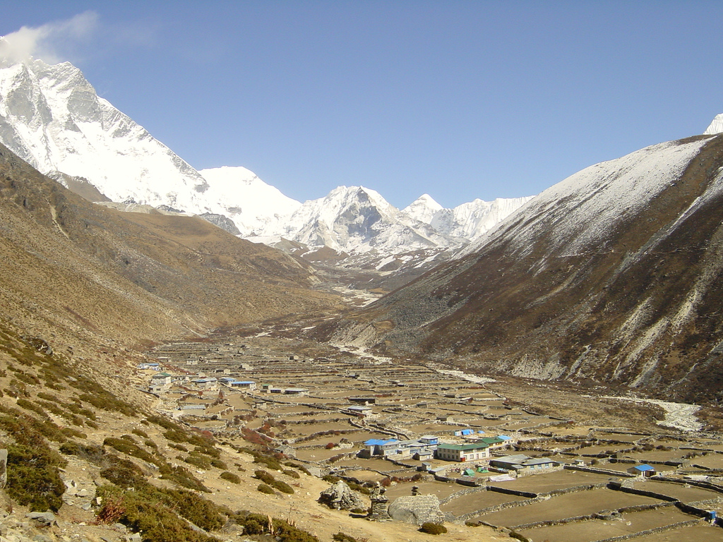 Villages like this one in the valleys below Imja Tse face a constant risk of glacial lake outburst floods.jarikir/Flickr)