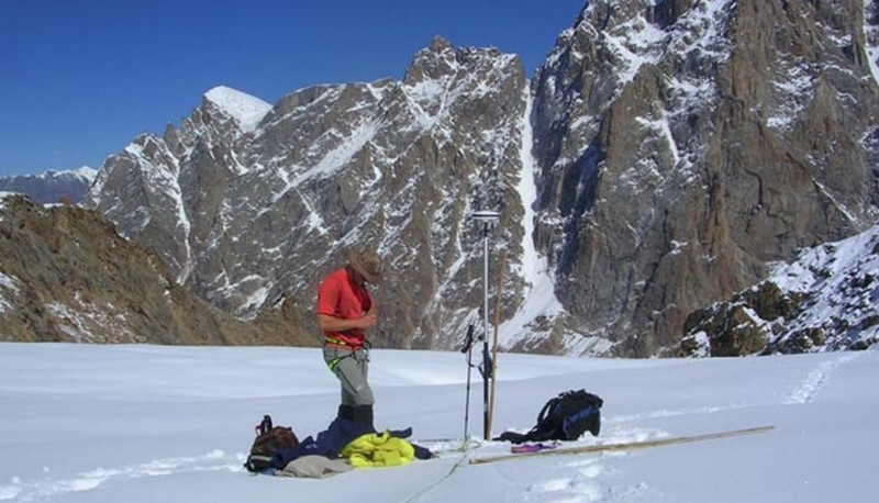 Researcher checking location of ablation stake. ©  Yves Arnaud, IRD.