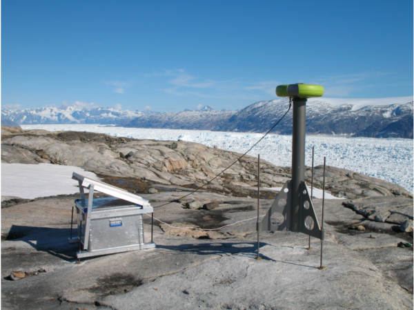 Monitoring station on Helheim glacier. © SERMI