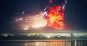 Ash cloud and lightning at Calbuco eruption (source: Ministerio del Trabaho, Chile)