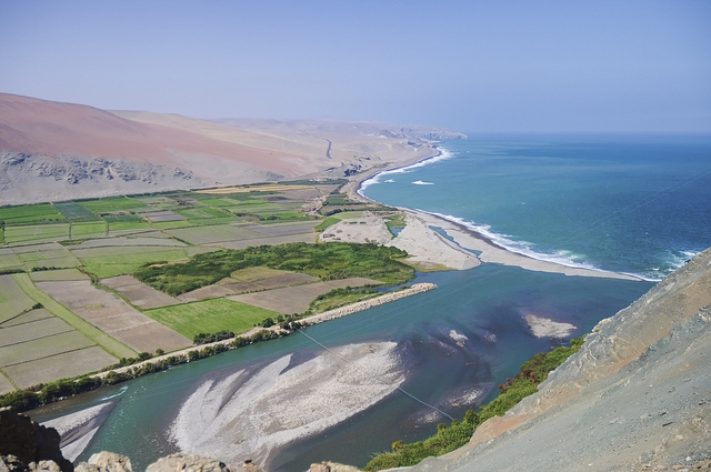 Ocoña River meets Pacific Ocean (Source: beyondhue/Flickr)
