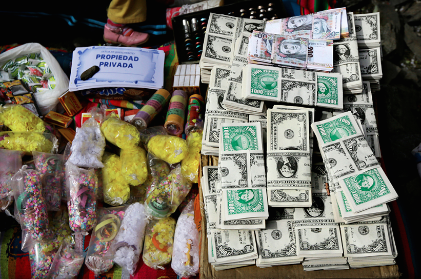 Image of money and otherOfferings for abundance at a ceremony during Quyllur Rit'I
