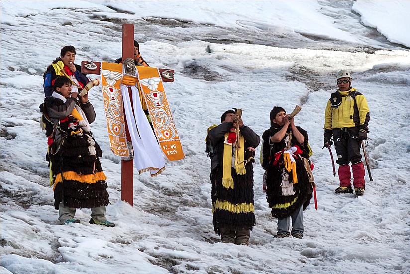 Ukuku singing on the Qullqip'unqu glacier