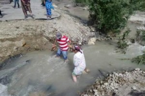 Local residents in Tajikistan try to escape flood-affected areas. (Source: FOCUS Humanitarian Assistance)