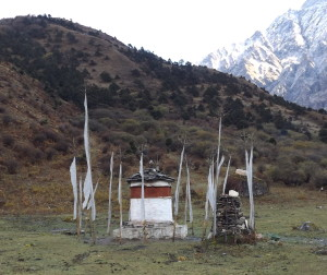 Chorten on the path to the temple at Jomolhari source: Ben Orlove)
