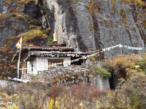 Jomolhari Temple, below cliff (sorce: Ben Orlove)