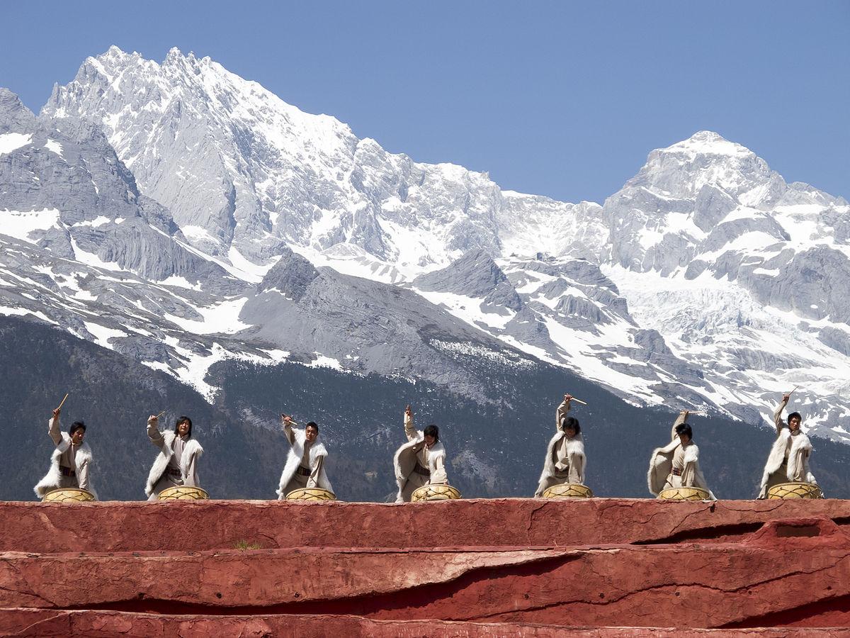 1200px-Lijiang_Yunnan_China-Naxi-people-with-drums-01