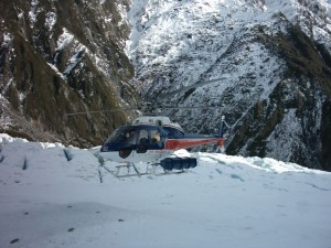 Helicopter carrying tourists landing on Franz Josef Glacier in New Zealand (source: Ingolfson/Wikimedia)