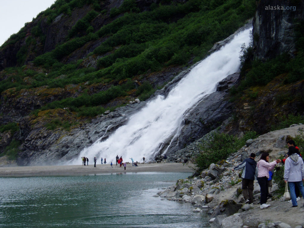 Mendenhall Glacier with visitors (Alaska.org)