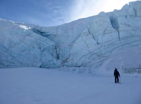 Glaciologist at the Olsen Ice Cap (Twitter: @ZERO74N)