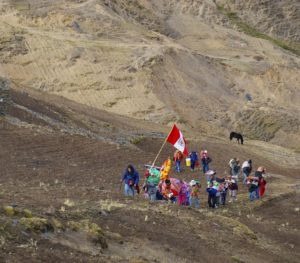 Zoila Mendoza at the head of the line of pilgrims, walking from Pomacanchi to Qoyllur Rit'i (source: Z. Mendoza)