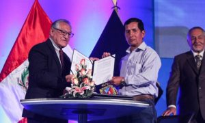 The president of a local community in the Cordillera Blanca and the president of INAIGEM sign an agreement to allow research in the area of Catac, Peru.