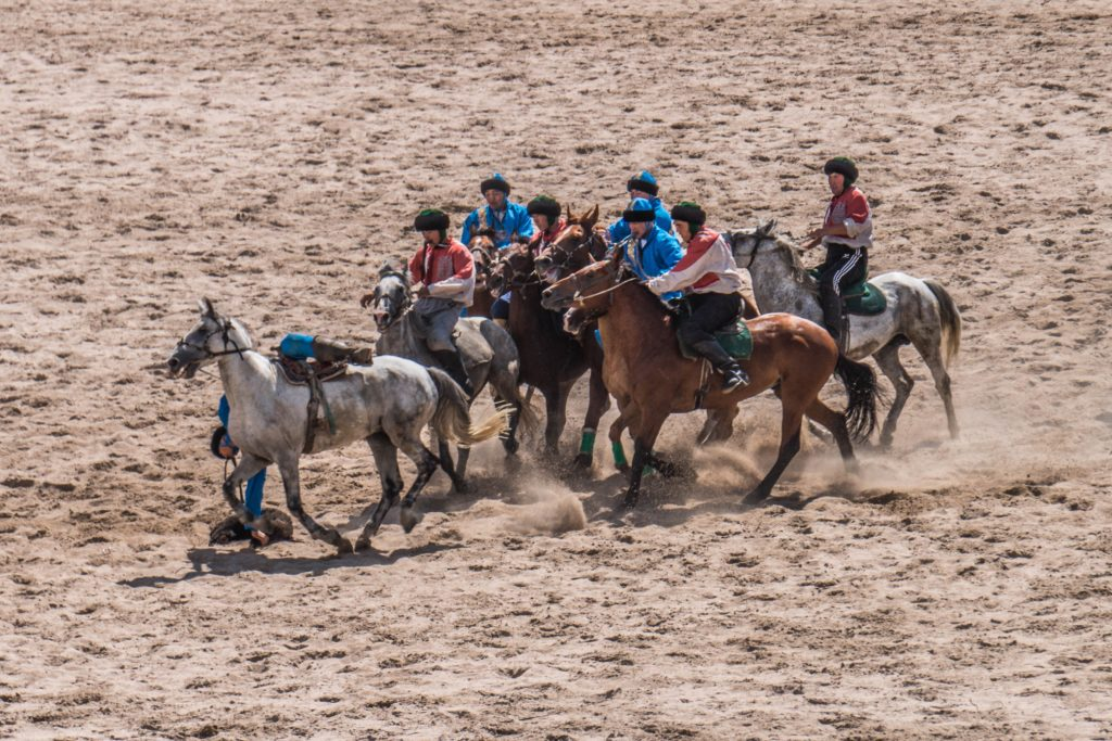 Kyrgyz and Chinese teams playing kok-buro (sourde: Ronan Shenhav/Flickr)