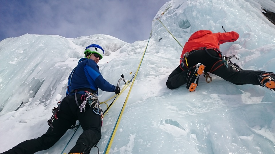 Ice-climbers with safety equipment (source: Pixabay)