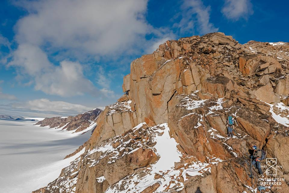 Two team members ascending the unclimbed west ridge of Newtontoppen (Source: Endre Før Gjermundsen/Spitsbergen Retraced)