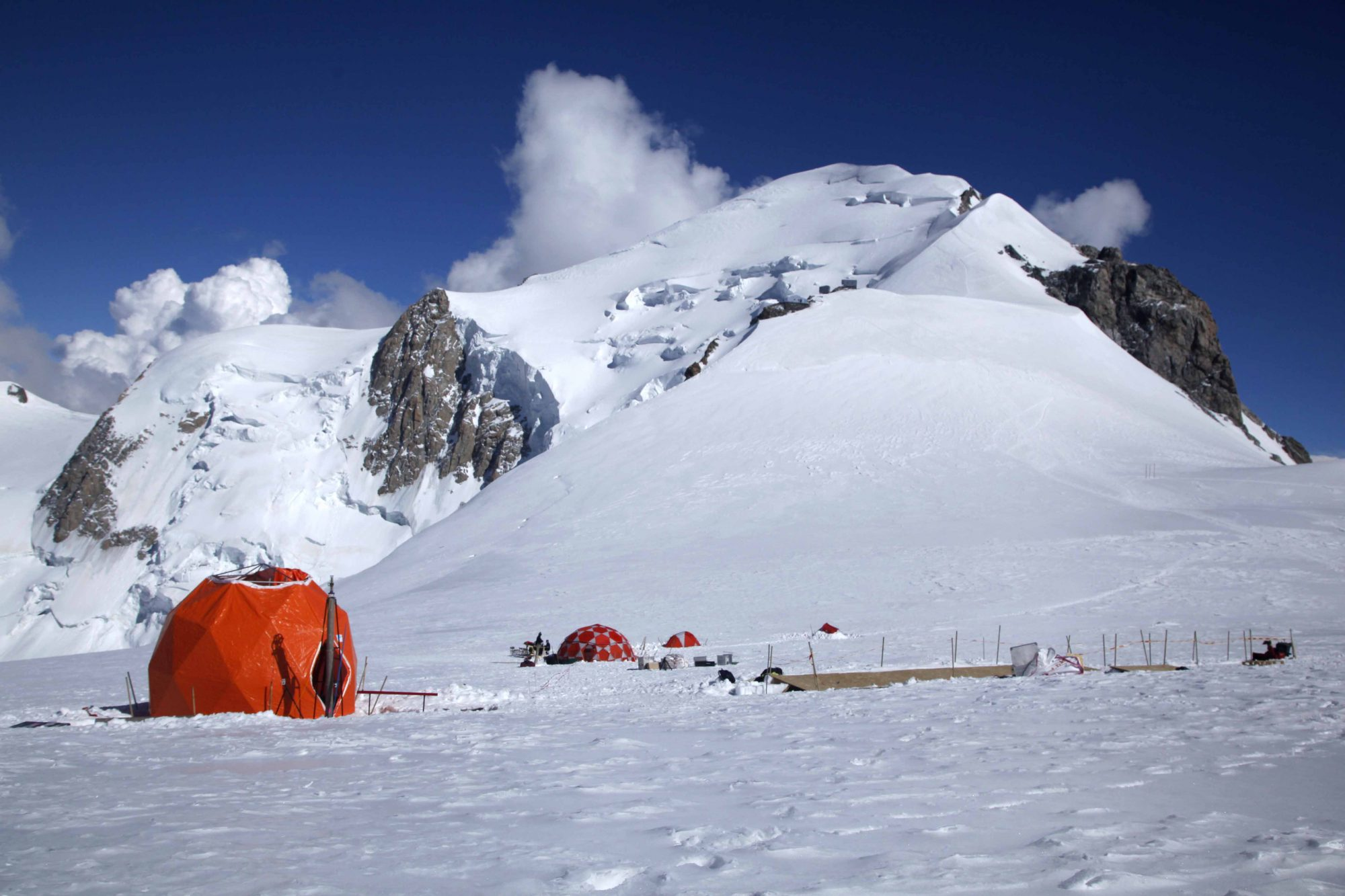 A drilling tent on the side of Col du Dôme (Source: Sarah Del Ben/Wild Touch/Foundation UGA)