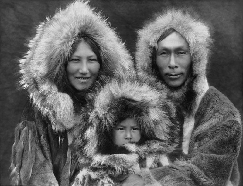 800px-inupiat_family_from_noatak_alaska_1929_edward_s-_curtis_restored