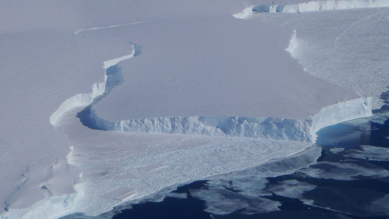 Evidence of a break along the front edge of Getz Ice Shelf, Antartica (Source: Margie Turrin/Columbia University's Lamont-Doherty Earth Observatory).