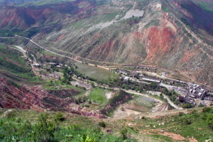 View of the old mill and uranium tailings sites in Mailuu Suu, Kyrgyzstan (Source: IAEA Imagebank/Creative Commons).