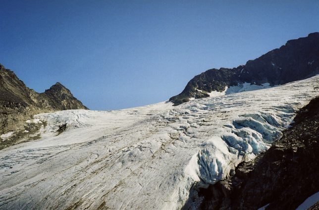 The park contains more than 60 glaciers, making glacier hiking a popular activity (Source: Creative Commons).