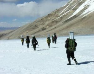 Scientists are collecting ice-core at Tibet (source: ITPR).